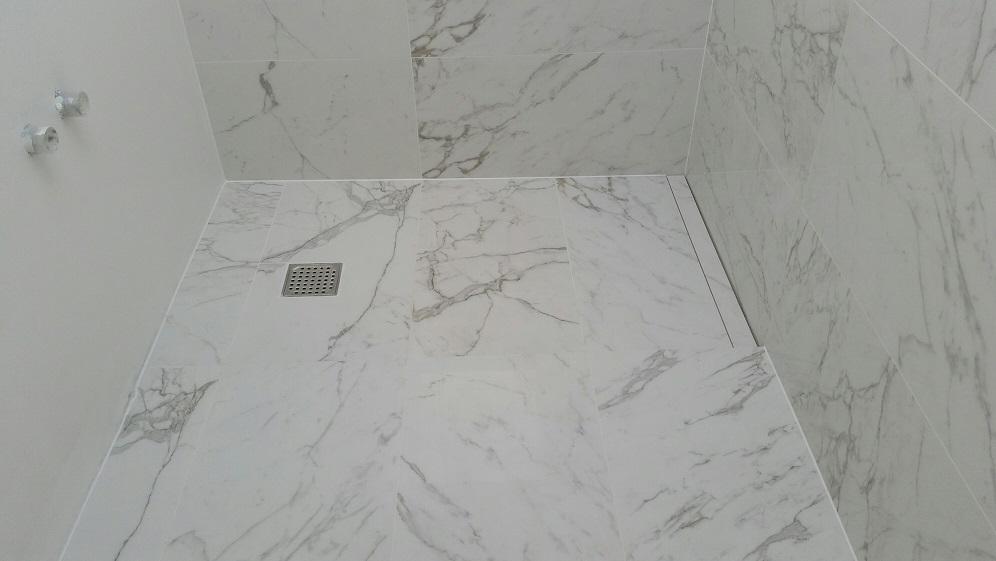 Badeværelse i Holte med marmorlook